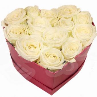 Сердце из 13 белых роз