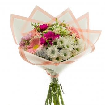Букет с герберами и хризантемой в упаковке